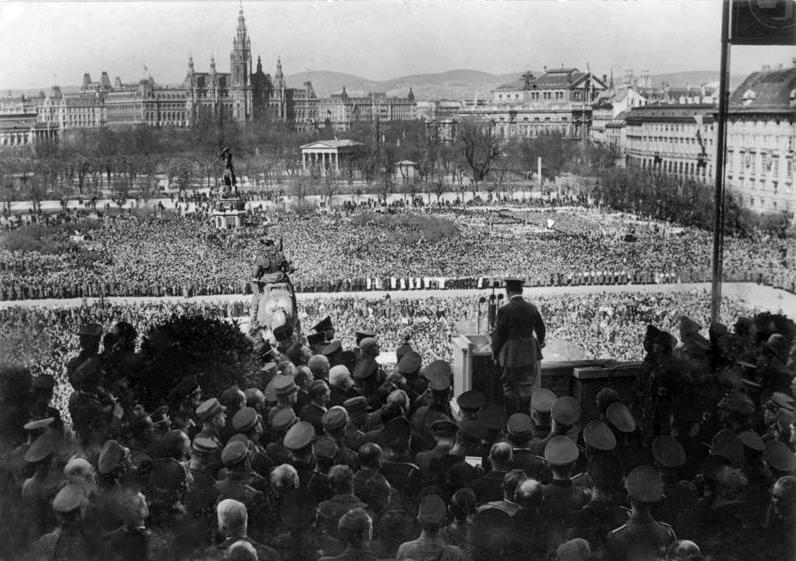 Le mardi 15 mars 1938, Adolf Hitler s'adresse pour la première fois à son peuple et au monde entier depuis la rampe de la Hofburg de Vienne.